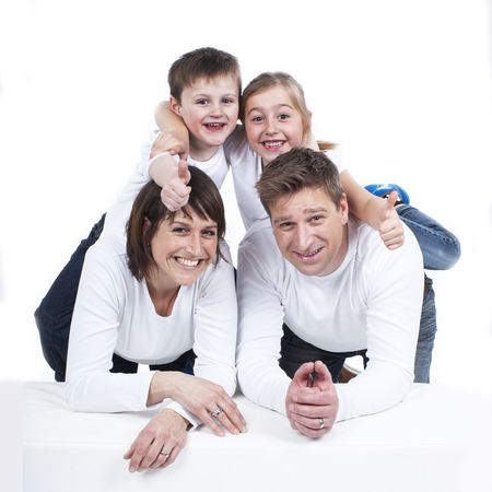 familia feliz casa: Familia feliz con dos niños aislados Foto de archivo
