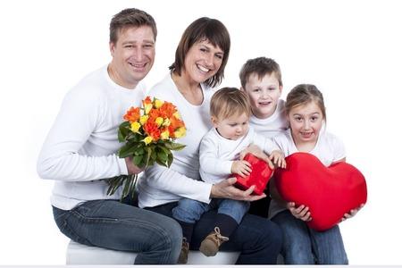 trois enfants: Famille heureuse avec trois enfants, coeur et fleurs