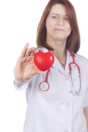angina: M�dico de sexo femenino con el coraz�n rojo aislado