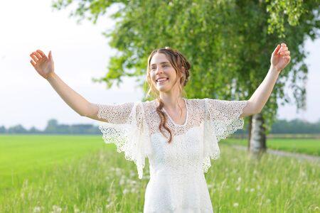 vestido blanco: Mujer feliz en el vestido blanco con los brazos outstreched en la naturaleza