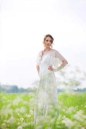 vestido blanco: Mujer feliz en el vestido blanco en la naturaleza