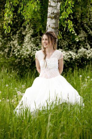 vestido blanco: Mujer feliz en el vestido blanco apoyado en un �rbol de abedul al aire libre