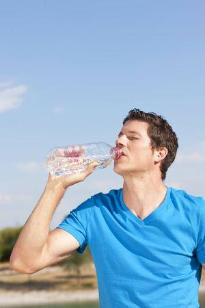 mann: Mann mit Wasserflasche im Sommer