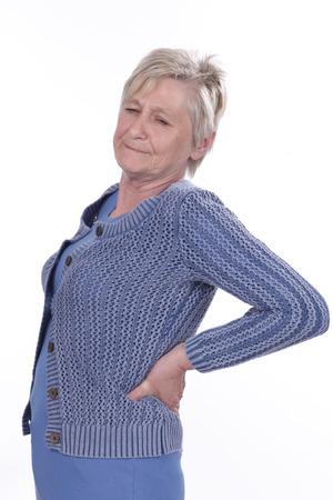 dolor espalda: Mujer mayor con dolor de espalda aislado Foto de archivo