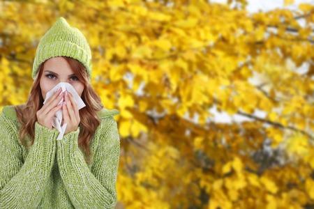 gripe: Mujer con el pañuelo y la caída de fondo Foto de archivo