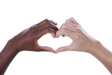 Mãos brancas e pretas que constroem uma forma do coração isolada no branco Imagens