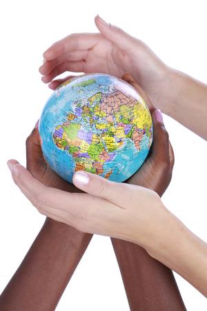 mundo manos: Manos blancas y negras alrededor de un globo aislado Foto de archivo