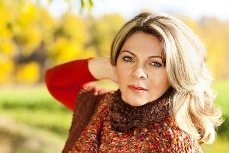 魅力的な中年の女性 - 秋の肖像画