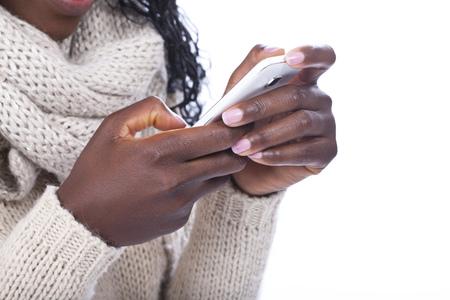 femme africaine: Femme africaine � �crire court message sur son t�l�phone intelligent