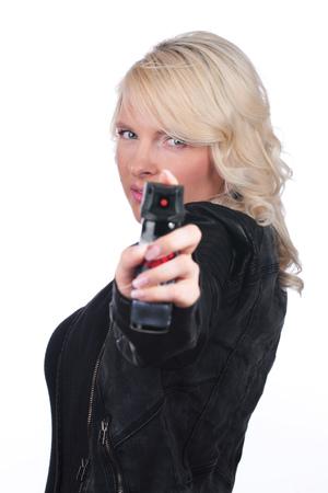 defensa personal: Mujer con spray de pimienta de la autodefensa Foto de archivo