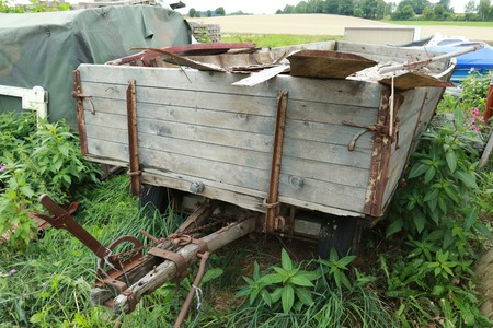 自然で廃棄された産業の古いスクラップが付いているトレーラーします。