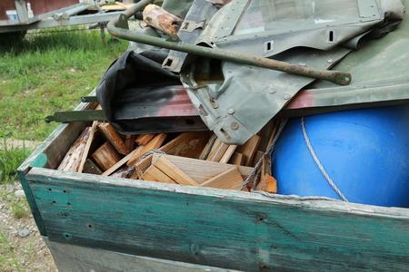 金属と自然の中でのゴミの廃棄物処理 写真素材