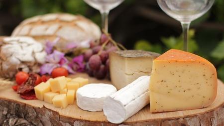cave: vin fromage bleu gouda pain nourriture raisin parmesan suisse des produits laitiers sains France le lait