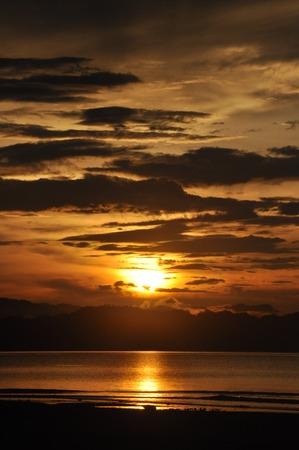 Wondama puesta de sol playa con hill 3 Foto de archivo - 28066551