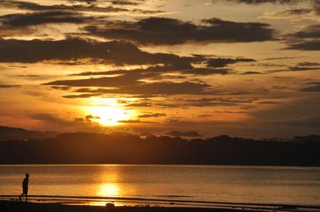 Wondama strand zonsondergang met hill Stockfoto