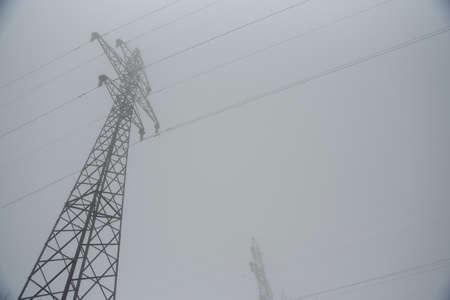 power lines in the fall in the fog 版權商用圖片