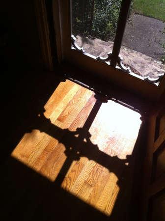 ドアを開けて、太陽の光外から来る 写真素材