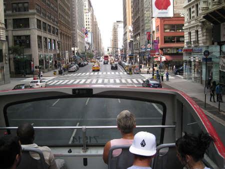 tourists in a bus in the heart of new york city, june 2010 Redactioneel