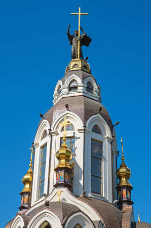 Domes of orthodox church against the blue sky in early spring 新聞圖片