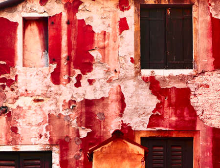 pared roja: La vieja pared de color rojo con textura en Venecia