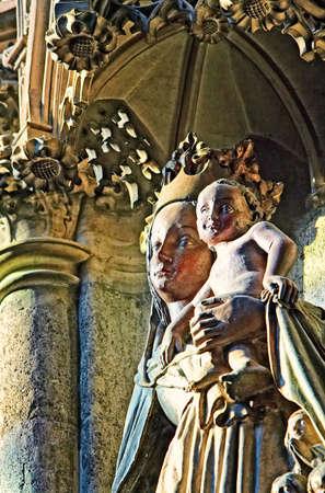 gothic window: Madonna with Jesus child, Stephansdom Vienna, the lighting through the gothic window Stock Photo