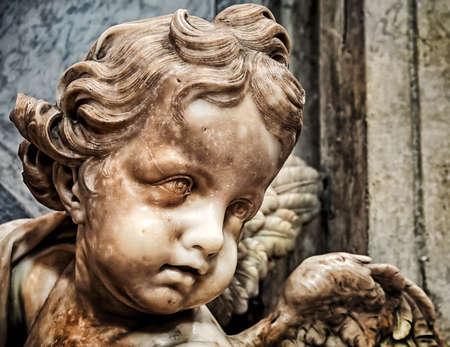 alas de angel: Cupido de pila de agua bendita en la Bas�lica de San Pedro, Roma