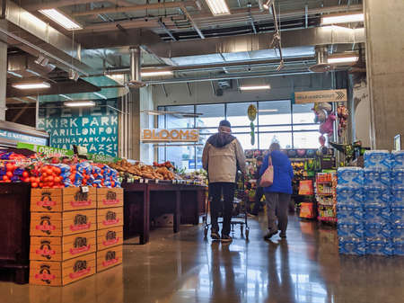 Kirkland, WA  USA - circa March 2020: View of elderly customers shopping for groceries at QFC during the COVID-19 coronavirus panic. 新聞圖片