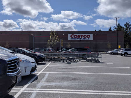 Seattle, WA  USA - circa March 2020: Street view of the Costco Wholesale grocery store in the Shoreline area on a sunny afternoon. 新聞圖片