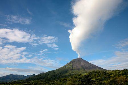 Arenal vulkaan in Costa Rica met een rookpluim Stockfoto
