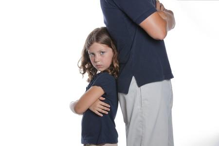 Een schattig klein sassy meisje toont dat ze wordt verstoord tijdens een conflict met haar moeder vader  Stockfoto