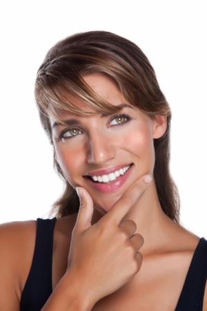 Een aantrekkelijke jonge vrouw ziet er aan de kant terwijl glimlachen