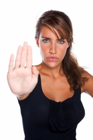 Een aantrekkelijke vrouw met een gekke stern gezicht houdt haar hand als om te zeggen