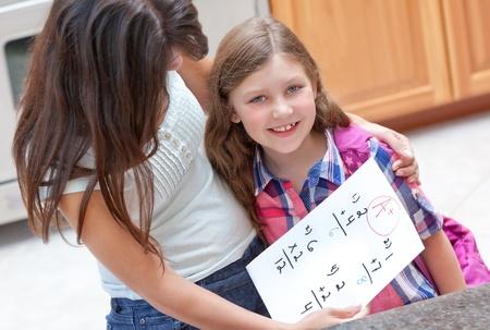 Meisje krijgt goed cijfer op haar huiswerk Stockfoto