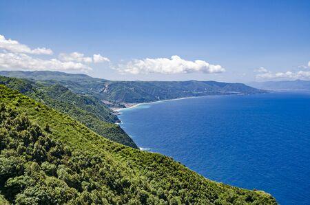 paisaje mediterraneo: La vista de la costa cerca de Calabria palmi Foto de archivo