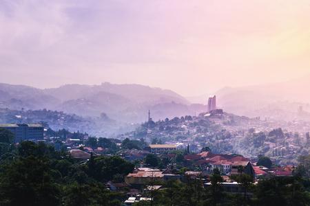 Punto di riferimento di Bandung da Dago Hill / Mountain all'alba su Misty and Fog Morning. Concetto di Utopia Future Eco-friendly City Archivio Fotografico