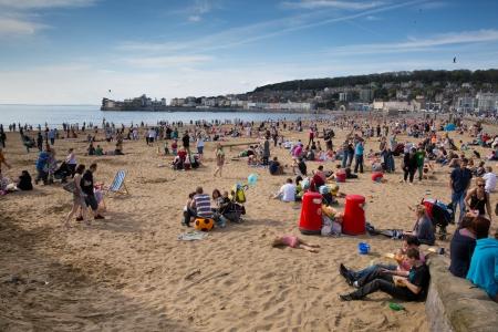 birnbeck: Weston-super-Mare, Somerset-6 maggio 2013 affollatissime spiaggia di Weston-super-Mare, come le temperature sono salito sulla Giornata di Primavera il lun 6 maggio 2013 Editoriali