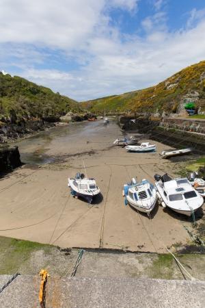 boast: Vanta al porto Porthclais vicino a St David s Pembrokeshire, Galles occidentale Harbour conduce a St Brides Bay Il Pembrokeshire Coast Path passa accanto Archivio Fotografico