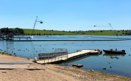 bodmin: Siblyback Lake near Liskeard Bodmin Moor Cornwall England UK where people enjoy sailing and water sports