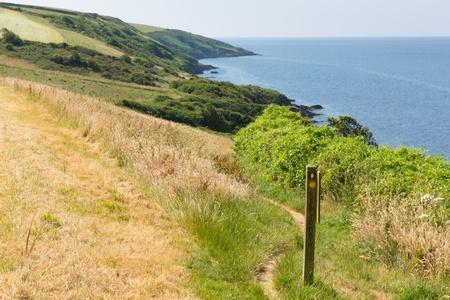 south west coast path: South West Coast Path da Polkerris Cornovaglia voce in direzione sud, in una bella giornata d'estate