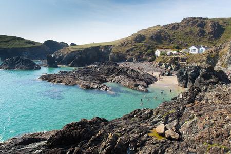southwest: Toeristen en vakantiegangers genieten van de nazomer zon op Kynance Cove strand Lizard Heritage kust Zuid-West Engeland Stockfoto