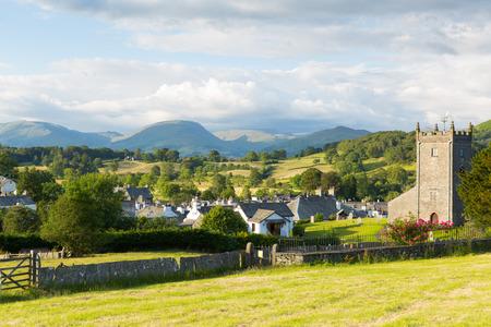 alfarero: Parque Nacional de Lake District Hawkshead Inglaterra uk en un hermoso pueblo turístico popular día soleado de verano conocido por William Wordsworth y Beatrix Potter Foto de archivo