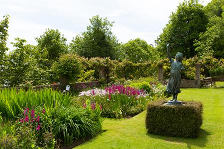 jardines con flores: Hermosos jardines de flores Overbecks eduardiano casa museo en Salcombe Devon Inglaterra Reino Unido una atracción turística con maravillosas vistas al mar Editorial