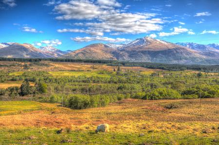 Schotse platteland en sneeuw bedekte bergen Ben Nevis Schotland Verenigd Koninkrijk in de Grampians Lochaber Highlands in de buurt van de stad Fort William in kleurrijke HDR Stockfoto