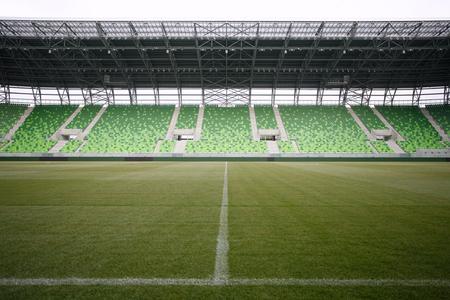 gradas estadio: Gradas vac�as de color verde en el estadio Foto de archivo