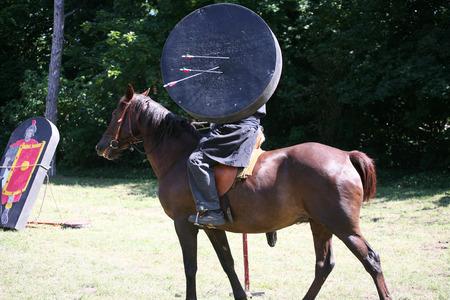 uomo a cavallo: guerriero cavaliere sconosciuto con un bersaglio mobile Archivio Fotografico