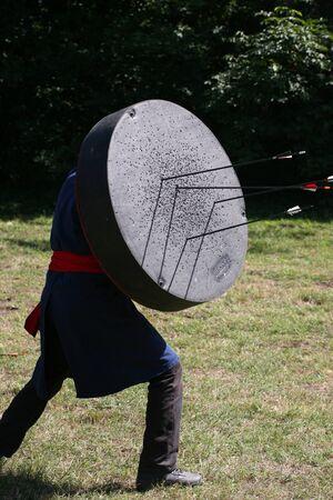 bowman: Bowman con un bersaglio mobile su un guerriero spettacolo medievale