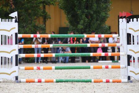 caballo saltando: Equitación obstáculos barreras durante una competición de salto de caballo Foto de archivo