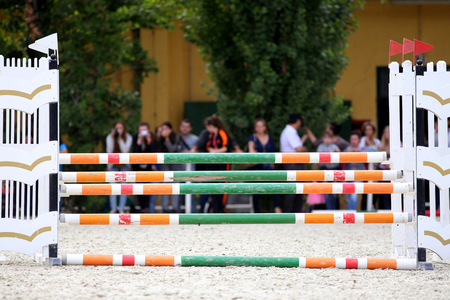 cavallo che salta: Equitazione ostacoli barriere durante una gara di cavallo che salta Archivio Fotografico