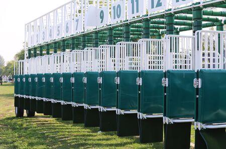 carreras de caballos: Verde puertas de inicio de colores para las carreras de caballos en el hip�dromo Foto de archivo