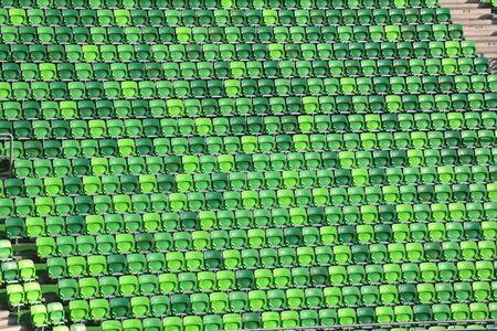 gradas estadio: Vacías gradas verdes en el estadio de fútbol como un fondo Foto de archivo